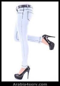 بنطلون جينز بناتي مع شوز بكعب سمراء